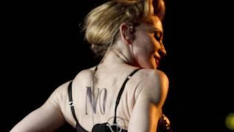 Madonna zeigt bei einem Konzert in Italien Muskeln. Bald wird man diese in ihrer Römer Mucki-Bude käuflich erwerben können (Archiv)