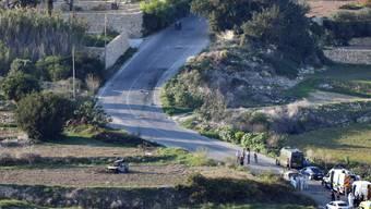 Das Autowrack steht in einem Feld neben einer Landstrasse: Der Wagen explodierte, als Caruana Galizia das Fahrzeug gestartet hatte.