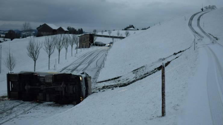 Ein Milchtanklastwagen ist in Schwellbrunn von der schneebedeckten Strasse abgekommen und hat sich überschlagen. Der Chauffeur blieb unverletzt.