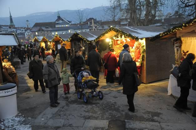 Weihnachtsambiente vor dem Hintergrund der Solothurner Altstadt: Auch in der Vorstadt kann es festlich zu- und hergehen. (Fotos: Hansjörg Sahli)