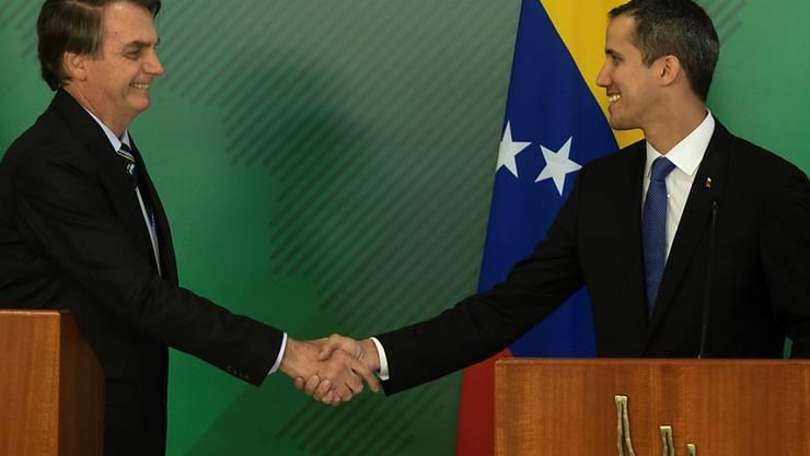 Brasiliens Präsident Jair Bolsonao (l.) und Venezuelas selbst ernannter Übergangspräsident Juan Guaido am Donnerstag in Brasilia.