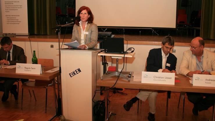 Präsidentin Regula Senn vom Hauseigentümerverband Fricktal hält an der 63. Generalversammlung im kulturellen Saal Rückblick. pro