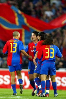 Murat Yakin jubelt mit den Kollegen nach seinem Tor zum 2:0.