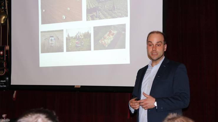 Robert Finger von der ETH Zürich stellt den Mitgliedern des Landwirtschaftlichen Vereins Niederamt das Forschungsprojekt InnoFarm vor.