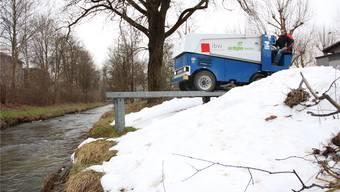 In Wohlen wird das Eis der Schlittschuhbahn direkt an und in die Bünz gekippt. aw