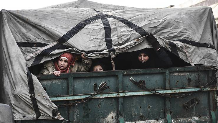 Geflüchtete Frauen und Kinder auf einem Lastwagen in der syrischen Region Idlib.