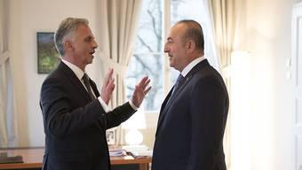 Bundesrat Didier Burkhalter (links) mit seinem türkischen Amtskollegen, Aussenminister Mevlüt Cavusoglu, im Bundeshaus in Bern.
