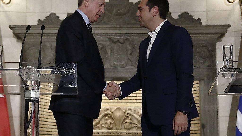 Der griechische Regierungschef Alexis Tsipras (r) und der türkische Präsident Recep Tayyip Erdogan sollen eine zusätzliche Vereinbarung zur Rücknahme von Flüchtlingen getroffen haben