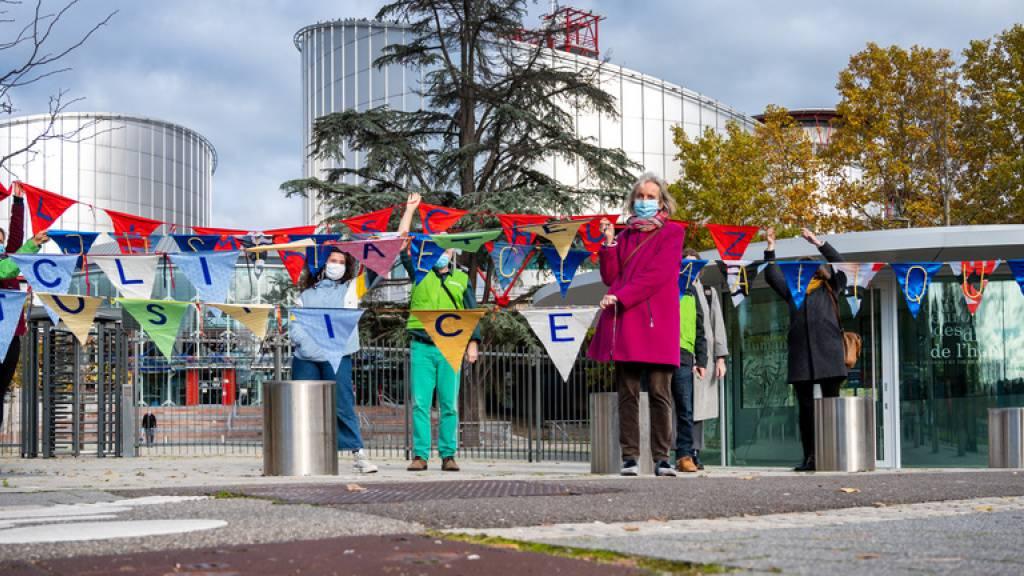 Die KlimaSeniorinnen am Dienstag vor dem EGMR in Strassburg. Vertreter von anderen Klimaklagen, wie etwa Mitglieder der französischen Klimaklage «L'Affaire du Siècle», schlossen sich der Schweizer Delegation an. Gemeinsam zeigten sie eine Kette aus mehreren hundert Wimpeln und Fahnen. Diese stehen für die Wünsche und Hoffnungen der Menschen in der Klimakrise.