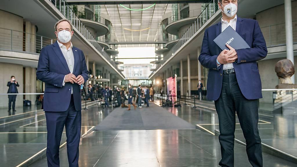 dpatopbilder - Der Vorsitzende der CDU und Ministerpräsident von Nordrhein-Westfalen Armin Laschet (l) steht neben Bayerns Ministerpräsidenten und CSU-Vorsitzenden Markus Söder (CSU, r) nach einer Pressekonferenz. Foto: Michael Kappeler/dpa