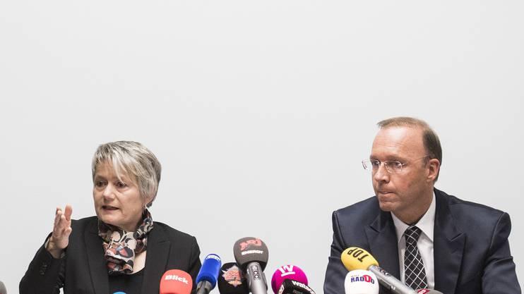 Regierungsrätin Jacqueline Fehr, links, Vorsteherin der Direktion der Justiz und des Innern, und Adrian Kaegi, fallführender Staatsanwalt informieren über den Fall «Seefeld» an einer Medienkonferenz.