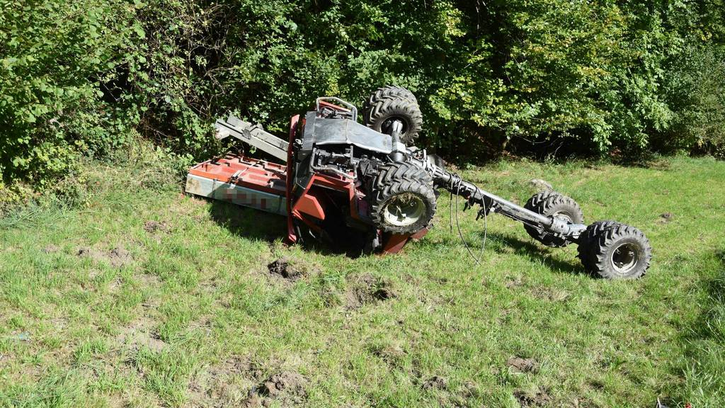 Die 18-Jährige kam mit dem Traktor von der Strasse ab und verstarb noch auf der Unfallstelle.