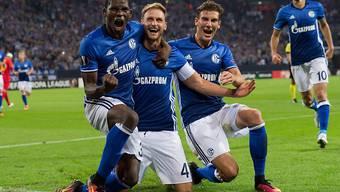 Breel Embolo (links) freut sich mit seinen Teamkollegen über den 3:1-Heimsieg von Schalke gegen Salzburg