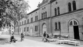 Mit den Zeughäusern geht es nun doch noch vorwärts. Der Kantonsrat hat am Montag die ursprünglichen Pläne für die Neunutzung der verlotterten Gebäude im zweiten Anlauf genehmigt. Im Bild eine Archivaufnahme aus den 1980er-Jahren.