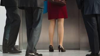 Eine Frau umringt von Männern. In der Schweiz beträgt die Frauenquote in Verwaltungsräten magere 11,3 Prozent. (Symbolbild)