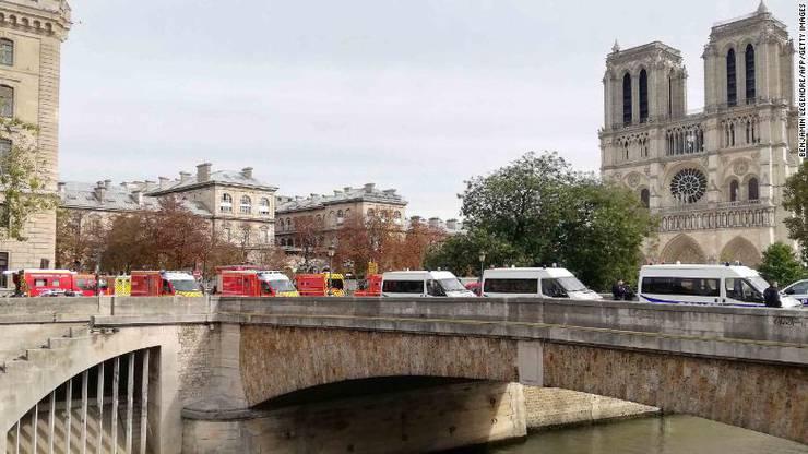Die Polizeistation liegt gleich bei der berühmten Kathedrale Norte Dame.