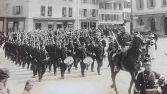 Die dritte Kompanie des Freiämter Füsilier-Bataillons 46 am 4. August 1914 in Aarau auf dem Weg zur Vereidigung im Schachen. Zu Pferd Kommandant Remigius Sauerländer. Staatsarchiv Aargau/Privatnachlass Remigius Sauerländer