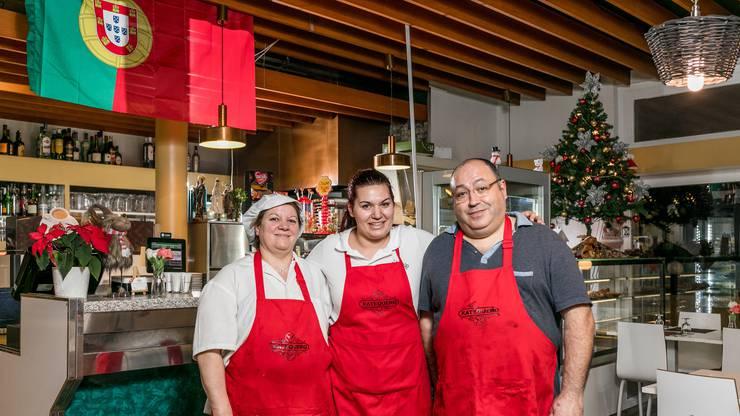 Laurentina De Sousa Cerqueira und António Luis Manso Moreira wirten seit eineinhalb Jahren im eigenen Restaurant. Unterstützt werden sie von ihren beiden Töchtern. Hier im Bild die jüngere Ana. Die ältere Tochter Joana ist bereits in Portugal, um die Festtage mit der Familie zu verbringen.
