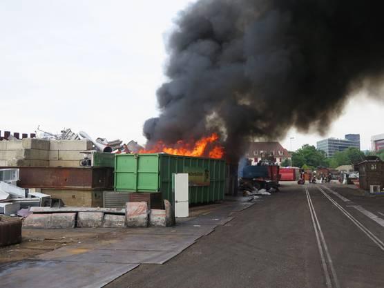 In Pratteln brennt ein Sperrgutcontainer.