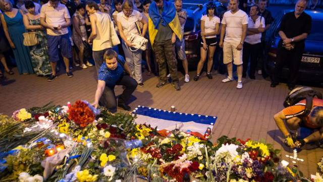 Blumen vor der niederländischen Botschaft in Kiew