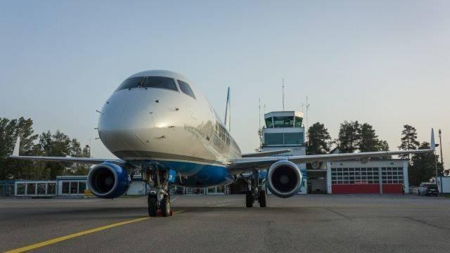 Ein Flugzeug der People's Viennaline auf dem Flugplatz Altenrhein.
