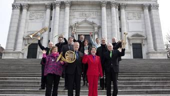 Diese Musiker singen und spielen für die brandgeschädigte Bischofskirche.