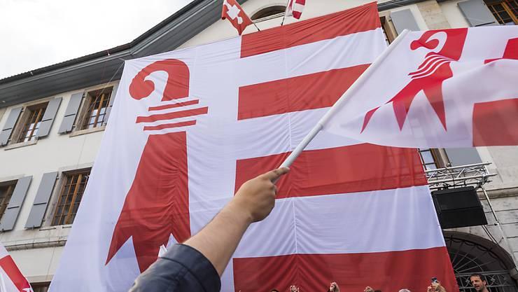 Am 18. Juni gedachten separatistische Anhänger dem Abstimmungssieg vor einem Jahr. Am Rathaus von Moutier wurde eine riesige Jura-Fahne aufgezogen.
