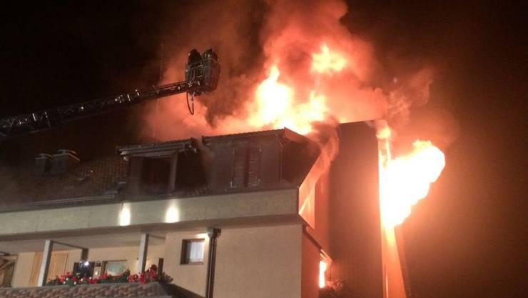 In St. Gingolph griff das Feuer in der Dachwohnung rasch auf das Dach über. 20 Menschen mussten den Rest der Nacht im Gemeindesaal verbringen.