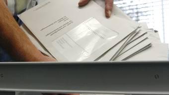 Stimmcouverts/Wahlcouverts, die per Post eintrafen, landen am 11. Oktober 2007 im Rathaus Wettingen in einer Abstimmungskiste.
