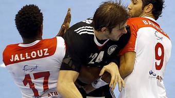Michael Haass (m.) bleibt in der tunesischen Defensive hängen.
