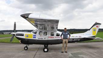 Carlo Schmid mit seinem Flugzeug.