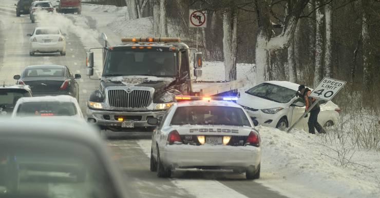 Ein Auto ist auf der schneebedeckten Fahrbahn von der Strasse abgekommen.