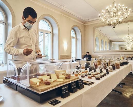 Im Hotel Krafft in Basel darf man sich trotz Corona noch selbst am Buffet das Frühstück zusammenstellen.