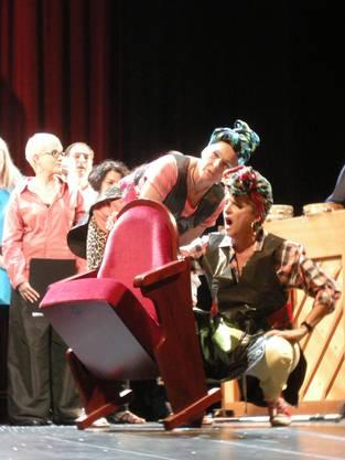 Huch!! Die Theaterstühle sind ja beschmiert: mit den Autogrammen der Ensemblemitglieder