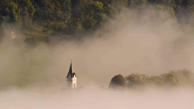 Welche Auswirkungen hat die Unternehmenssteuerreform III auf die Kirchen im Kanton? Kirchenvertreter bemängeln, dass sich der Nebel bis zur Abstimmung am 12. Februar nicht lichten wird. (Foto: Kirche Hauenstein-Ifenthal).
