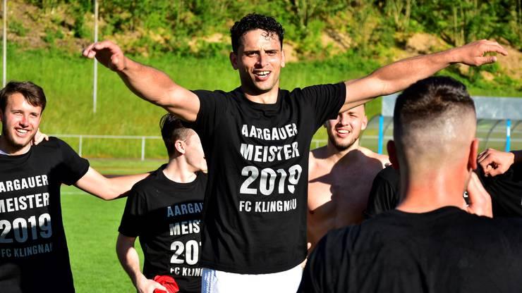 Als der FC Klingnau den kaum möglich gehaltenen Aufstieg in die 2. Liga inter realisiert, brechen alle Dämme. «Wir sind unsterblich!», sagt Assistenztrainer Goran Duvnjak zu seinen Jungs.