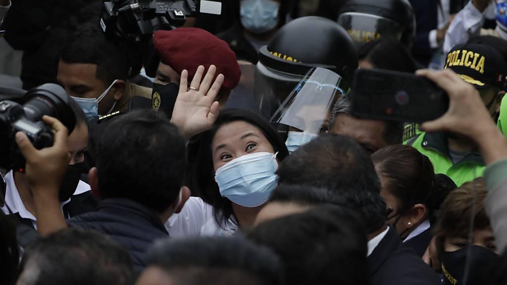 Präsidentschaftskandidatin Keiko Fujimori winkt nach der Wahl in Peru.