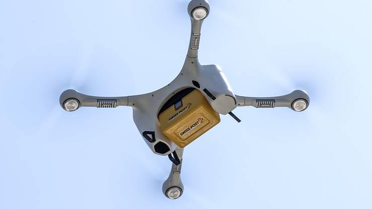 Eine Drohne vom Typ Matternet M2 kreist vor dem Inselspital in Bern. (Archivbild)