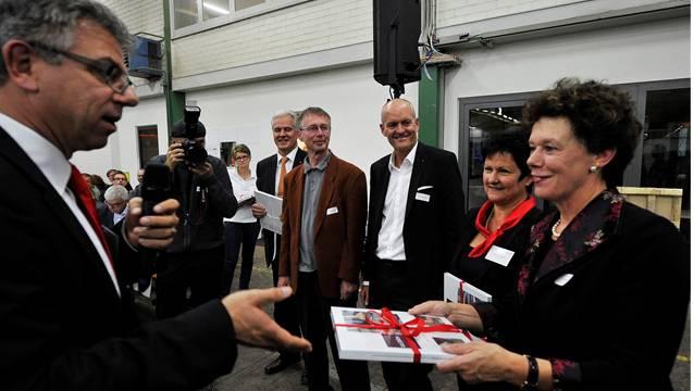 Gewerbeverbands-Geschäftsführer Andreas Gasche übergibt das druckfrische Buch Regierungsrätin Esther Gassler (r.) und Verbandspräsidentin Marianne Meister.