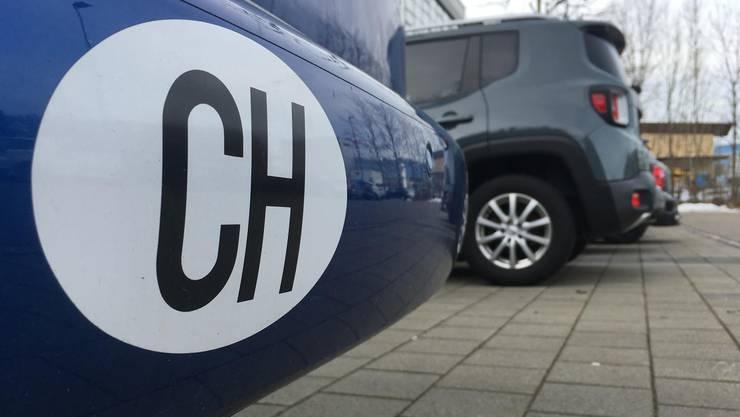 Bei der Fahrt über die Grenze gehört der CH-Kleber zwingend ans Auto – sonst droht eine Busse.