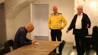 Vizestiftungsratspräsident Kurt Henzi (Mitte) und Architekt Thomas Keller (rechts) stellen den Medien den Glasboden im Gewölbekeller vor.