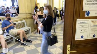 Die Maskenpflicht hat der Bund erweitert - harte Massnahmen hat er aber nicht verordnet. (Symbolbild)
