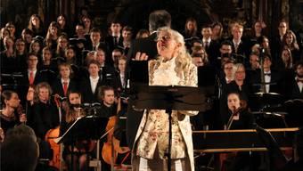 Die aus dem Fernsehen bekannte Unterhaltungskünstlerin Birgit Steinegger erheitert das Publikum durch ihre Rezitation.