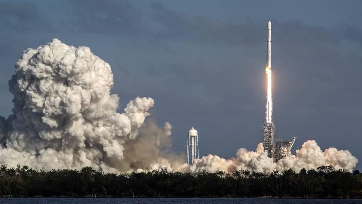 """Die Grossrakete """"Falcon Heavy"""" des privaten US-Raumfahrtunternehmens SpaceX hat am Dienstag nach mehrstündiger Verzögerung zu ihrem Jungfernflug abgehoben."""
