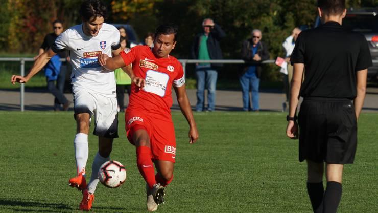 Auch für ihn gibts zurzeit keinen Einsatz: FC-Dietikon-Captain Luca Senicanin (rotes Trikot), hier gegen Hönggs Pascal Forny.