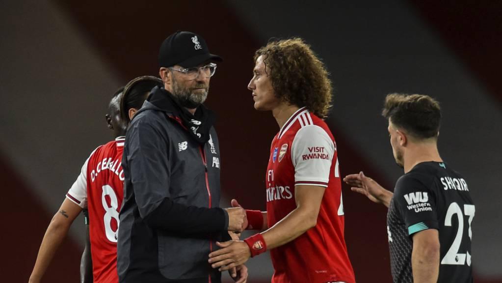 Liverpools Trainer Jürgen Klopp zeigt sich nach Spielschluss freundlich. Hier mit Arsenals David Luiz.