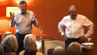 «Zeitpunkt»-Verleger Christoph Pfluger (links), Sprecher der «Freunde der Verfassung» am Podium «Zeitgespräch Corona» mit dem Epidemiologen Marcel Tanner.