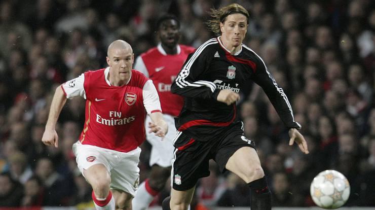 Zwei Jahre später dann der grosse Wechsel: Mit 18 Jahren wechselte Senderos auf die Insel zum FC Arsenal. Für die Gunners absolvierte Senderos bis 2010 64 Spiele und erzielte vier Tore.