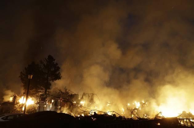 Rauch und Flammen bei einem Rebberg in Santa Rosa