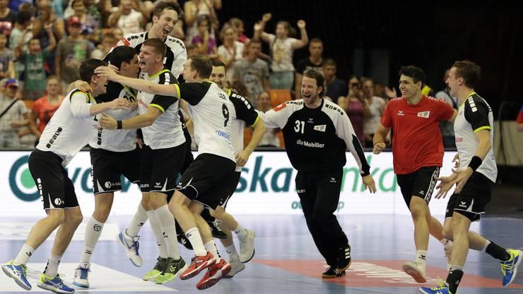 Die knappe 31:32-Niederlage trübt die Stimmung keineswegs: Die Schweizer feiern das Ende der Durststrecke.